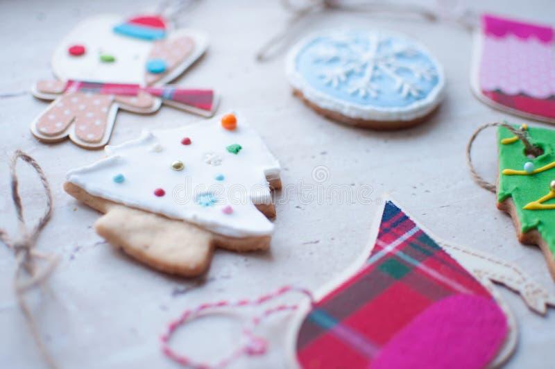 La diversità del Natale gioca - i giocattoli piani del tessuto e di legno ed i biscotti del pan di zenzero nelle forme differenti immagine stock