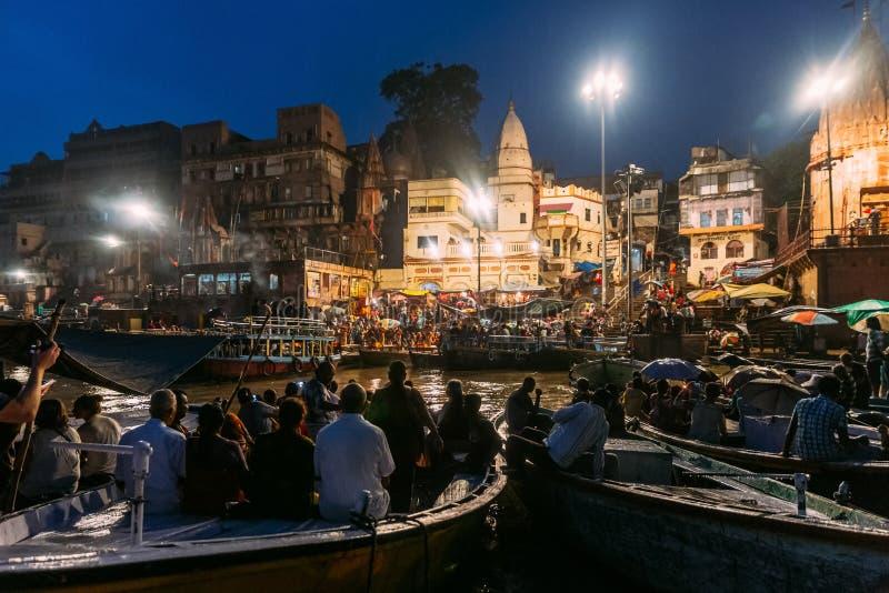 La diversité des personnes dans beaucoup des bateaux observent Varanasi Ganga Aarti chez Dasaswamedh saint Ghat, près du temple d image stock