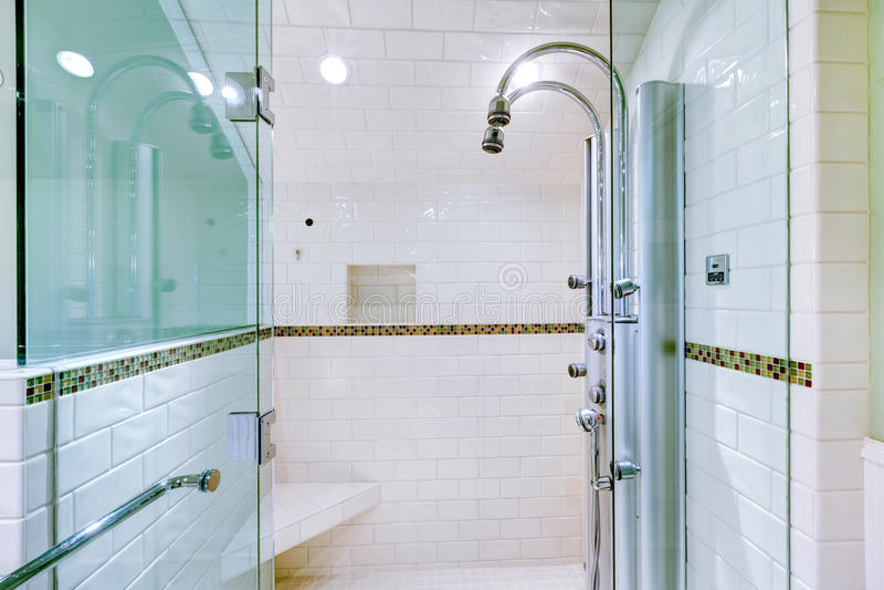 La doccia delle grandi persone senza appuntamento di lusso bianche del bagno. fotografia stock