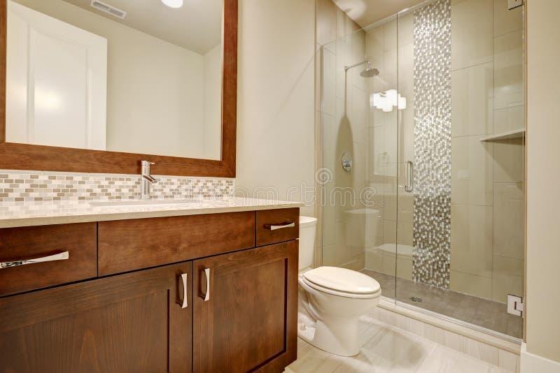 La doccia delle persone senza appuntamento di vetro in un bagno di nuova di zecca casa fotografia stock