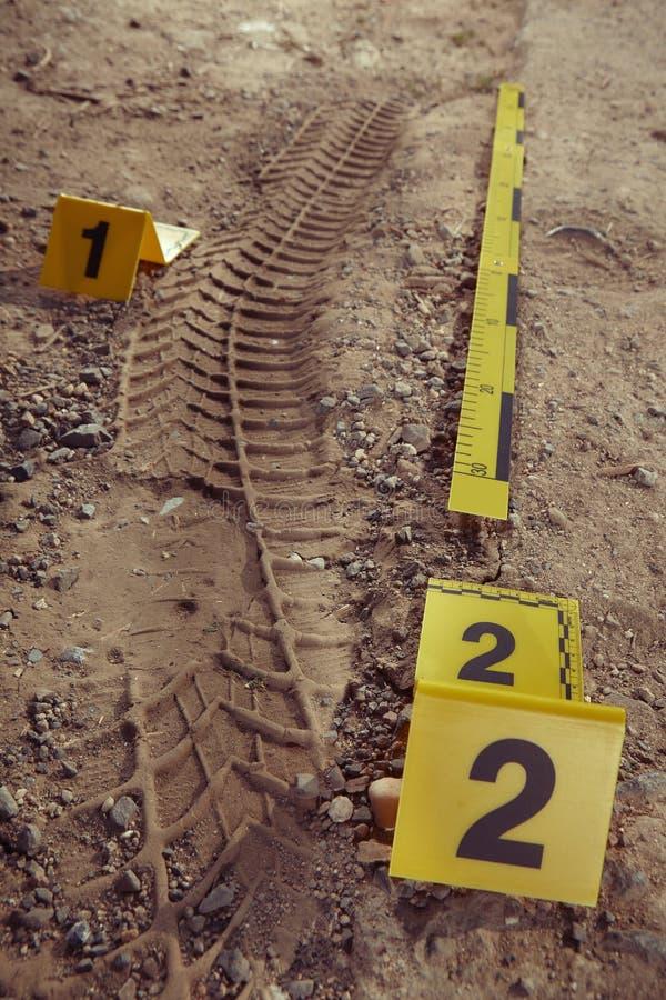 La documentación de la policía de la impresión del neumático se fue en el polvo de la manera del campo fotos de archivo