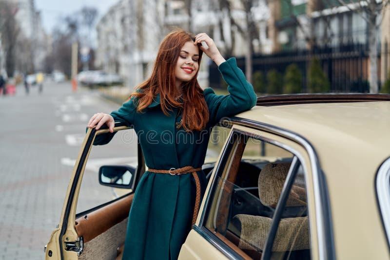 La donna è uscito dell'automobile, la donna all'automobile fotografia stock
