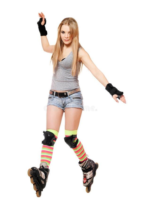 La donna abbastanza giovane prova a mantenere il suo equilibrio fotografia stock