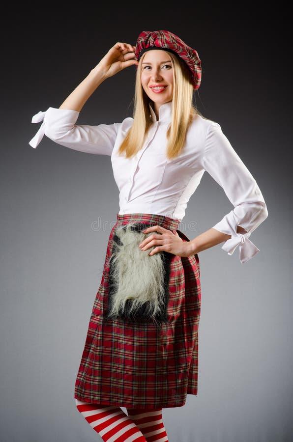 La donna in abbigliamento scozzese tradizionale fotografie stock libere da diritti