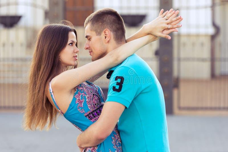 La donna abbraccia l'uomo fotografia stock libera da diritti