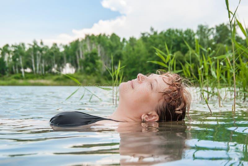 La donna in acqua fotografie stock libere da diritti