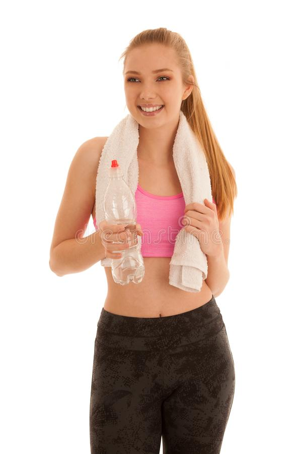 La donna adatta dei bei giovani nella forma beve l'acqua dopo che l'allenamento è fotografie stock libere da diritti