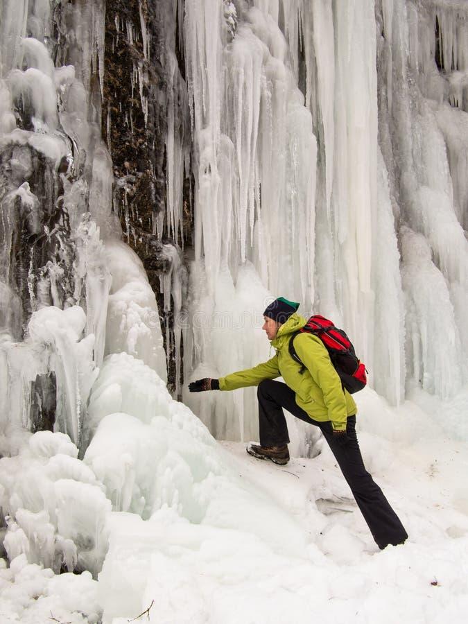 La donna adulta esamina un ghiacciolo