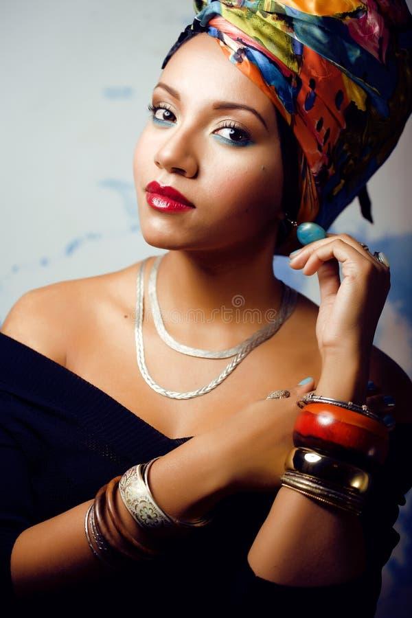 La donna africana intelligente di bellezza con creativo compone fotografia stock libera da diritti