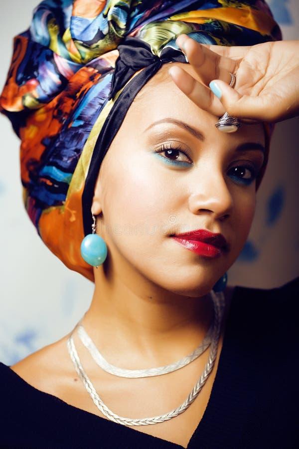 La donna africana intelligente di bellezza con creativo compone, scialle sulla testa fotografia stock libera da diritti