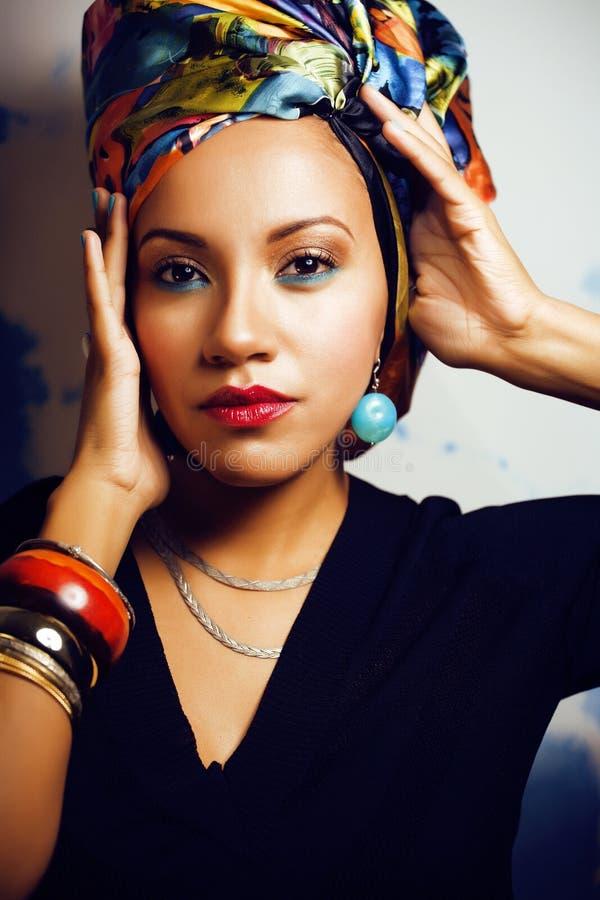 La donna africana intelligente di bellezza con creativo compone, scialle sulla testa come cubian fotografia stock libera da diritti