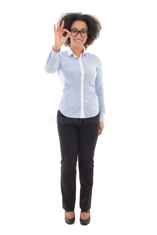 La donna afroamericana felice di affari che mostra il segno giusto ha isolato la o immagini stock