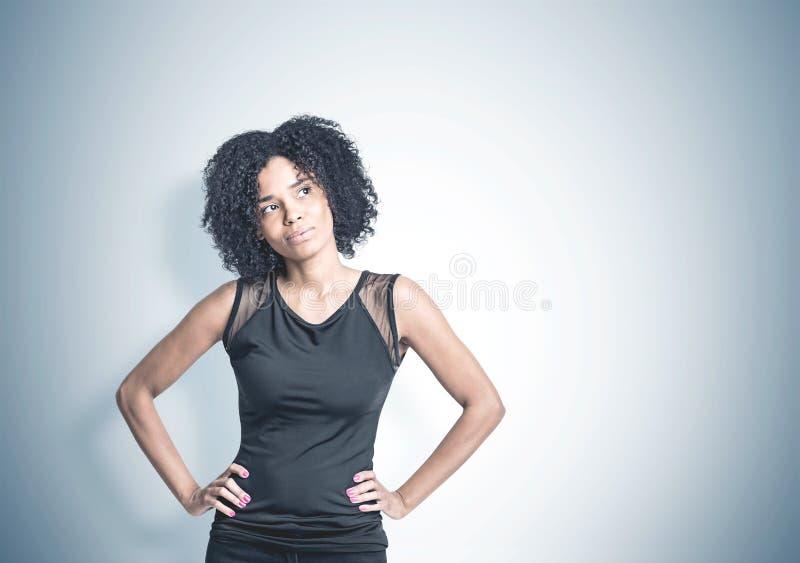 La donna afroamericana pensierosa, deride su fondo immagini stock libere da diritti