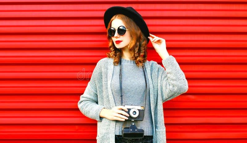 La donna alla moda del ritratto di autunno del ritratto tiene la retro macchina fotografica immagine stock libera da diritti