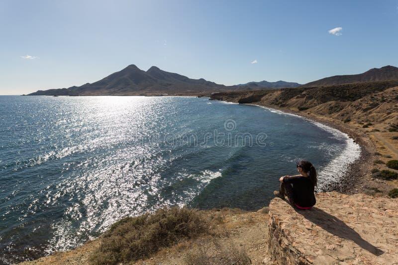 La donna ammira la linea costiera, Spagna fotografia stock libera da diritti