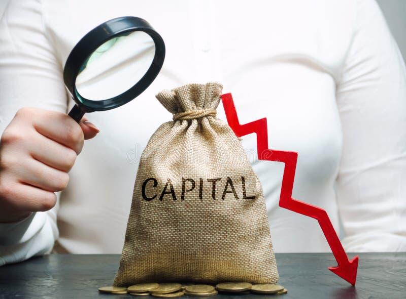 La donna analizza i dati sul costo del capitale nella società uscita di capitali Attività non redditizia dell'impresa Capitale ba fotografia stock libera da diritti