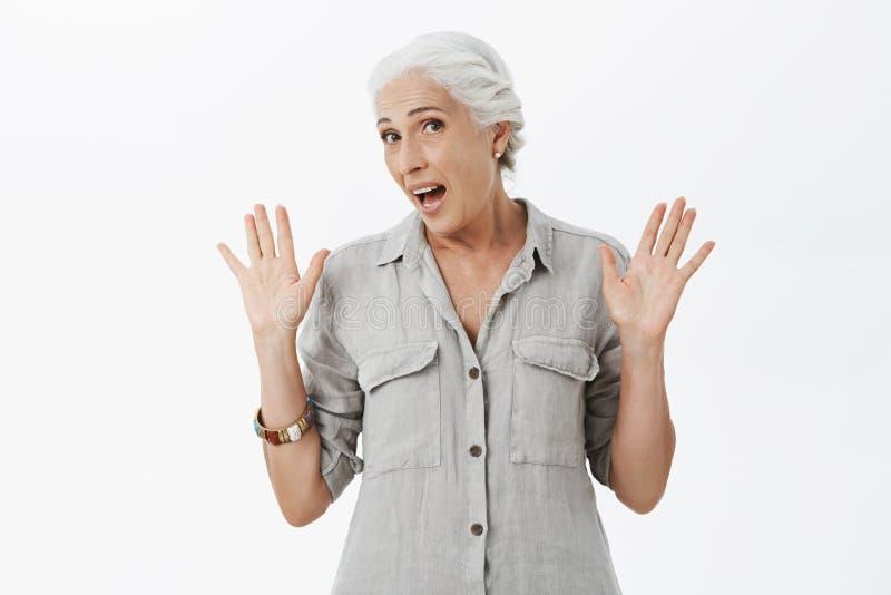 La donna anziana che feleing non volere stanco partecipa all'evento Ritratto della nonna sveglia disinteressata ed uninvolved con fotografia stock libera da diritti