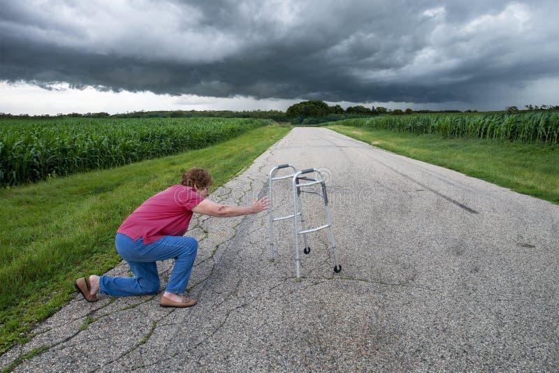 La donna anziana senior cade fotografia stock