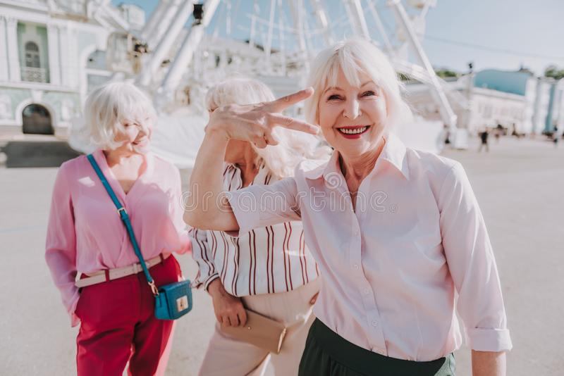 La donna anziana sta posando per le foto eccellenti fotografie stock