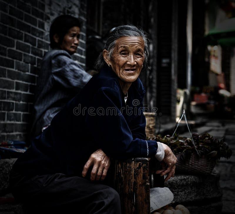 La donna anziana sulla via fotografia stock