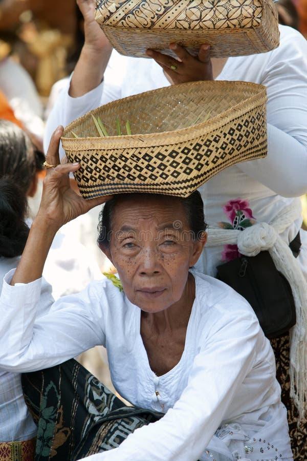 La donna anziana in vestiti nazionali con un regalo immagine stock