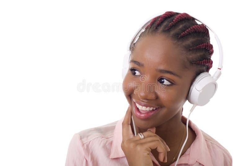 La donna ascolta musica immagini stock