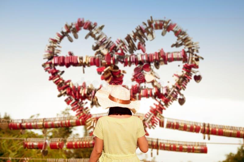 La donna asiatica che guarda l'amore padlocks dalle chiavi a Langkawi SkyCab, immagini stock