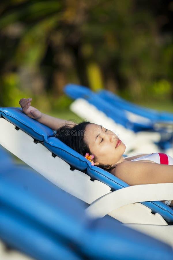 La donna asiatica del primo piano si rilassa alla stazione balneare fotografie stock libere da diritti