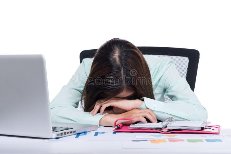 La donna asiatica molto stanca di affari è caduto addormentato accanto ad un computer portatile fotografia stock