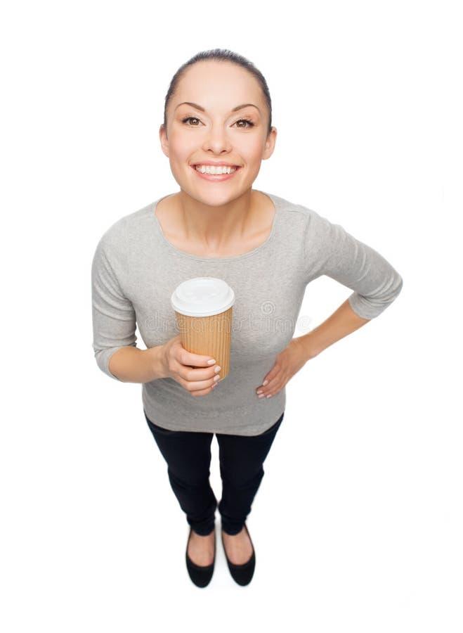 La donna asiatica sorridente con porta via la tazza di caffè immagini stock libere da diritti
