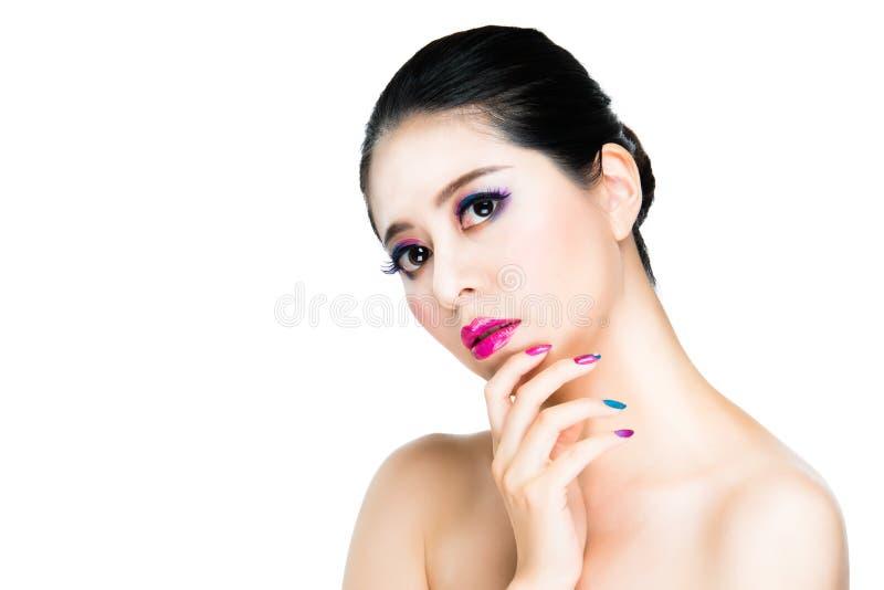 La donna asiatica visualizza il suo fronte di moda immagine stock