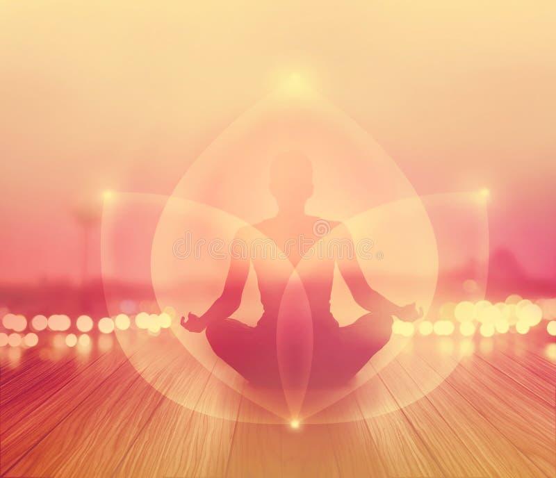 La donna astratta stava meditando nell'alba e nei raggi con energia di luce su paesaggio, morbido e su sfuocatura immagini stock