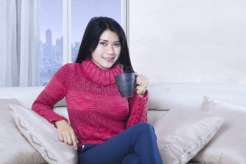 La donna attraente si rilassa con tè caldo fotografia stock