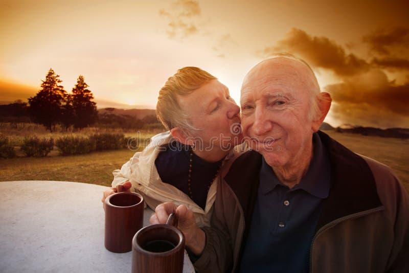 La donna bacia l'uomo timido fotografia stock libera da diritti