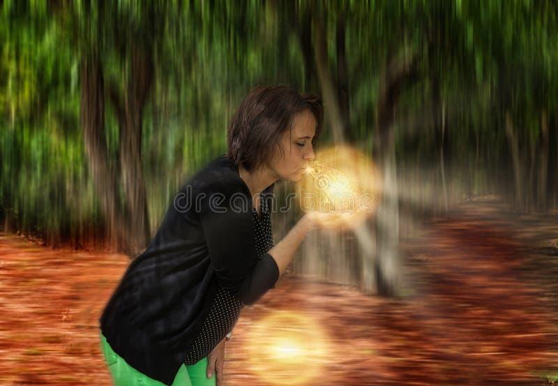 La donna bacia una grande rana fotografia stock libera da diritti