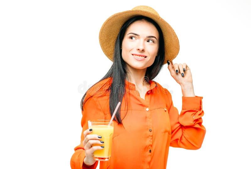 La donna beve la frutta fresca del succo, fondo bianco fotografia stock libera da diritti