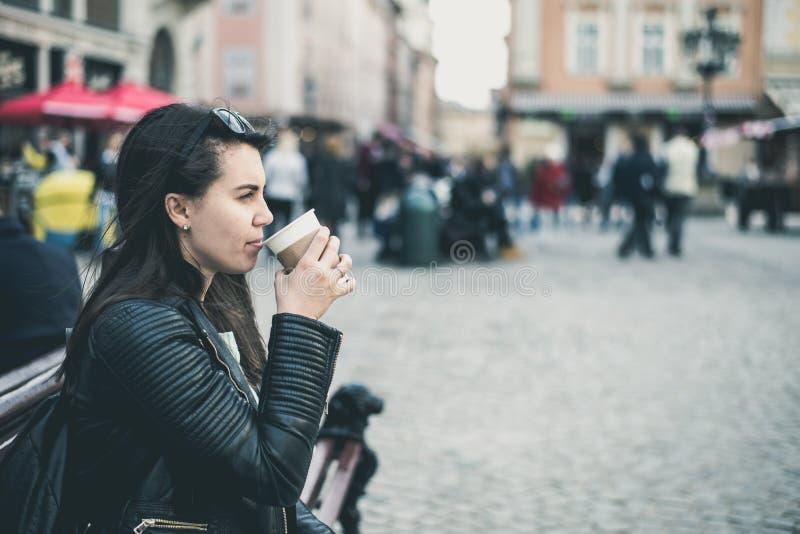 La donna beve il caffè fuori fotografia stock libera da diritti