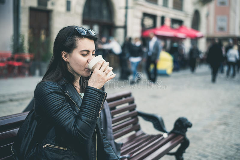 La donna beve il caffè fuori immagine stock libera da diritti