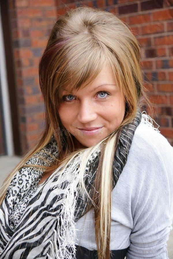 La donna bionda con gli occhi azzurri senza compone, pelle perfetta naturale fotografia stock libera da diritti