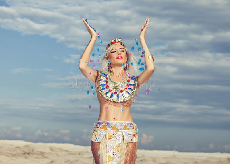 La donna bionda sparge le gemme immagine stock