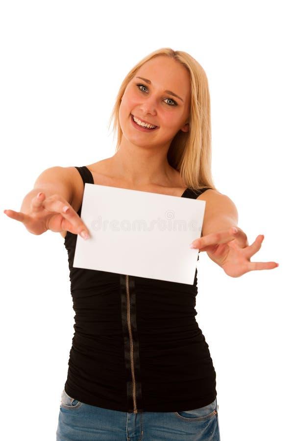 La donna bionda sveglia con l'insegna bianca in bianco nel suo sorridere delle mani è fotografia stock