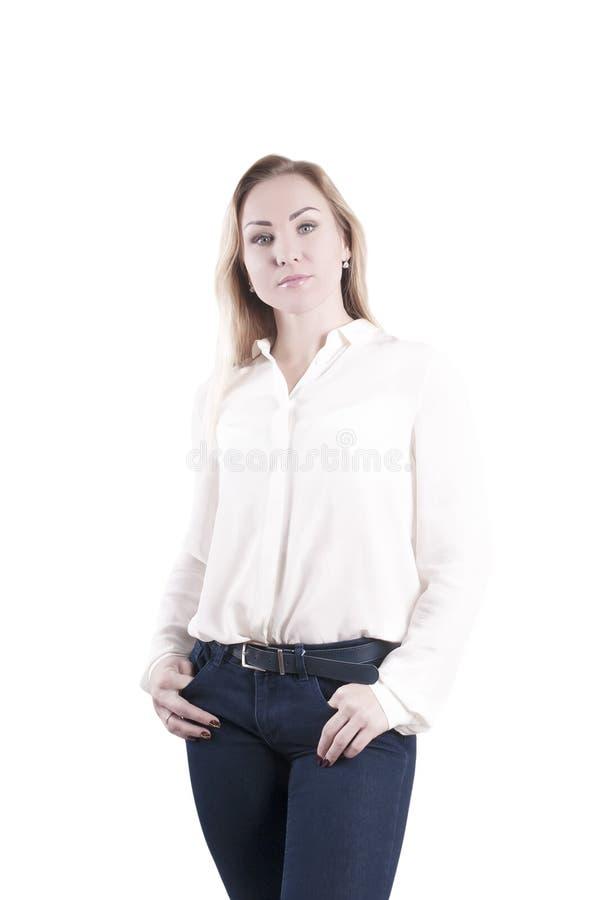 La donna in blusa e jeans bianchi, calma isolato fotografia stock