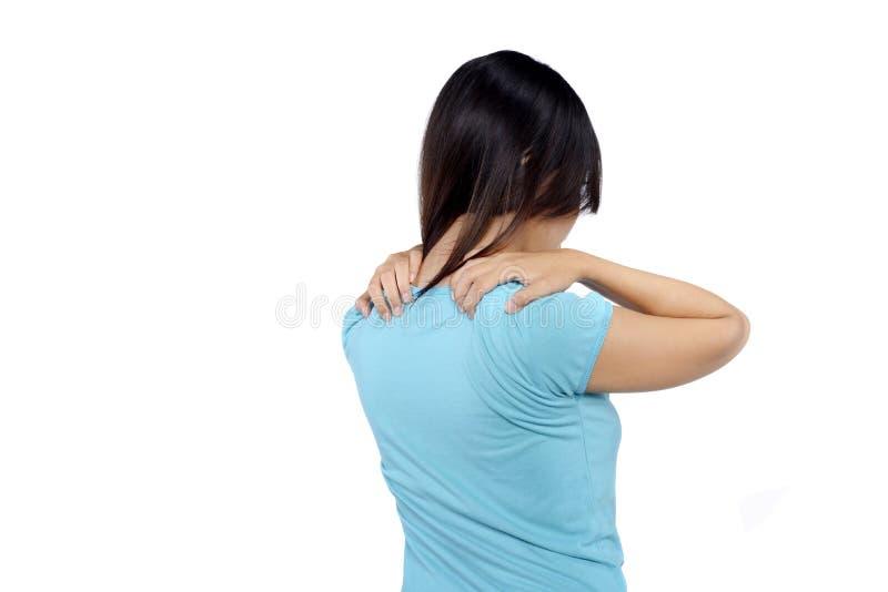 La donna in camicia blu ha dolore nella sua spalla immagine stock