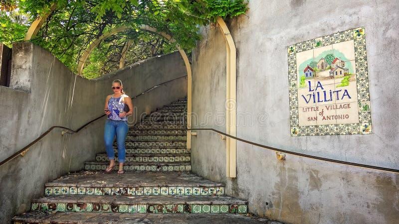 La donna cammina giù i punti a La Villita il piccolo villaggio della S fotografia stock libera da diritti