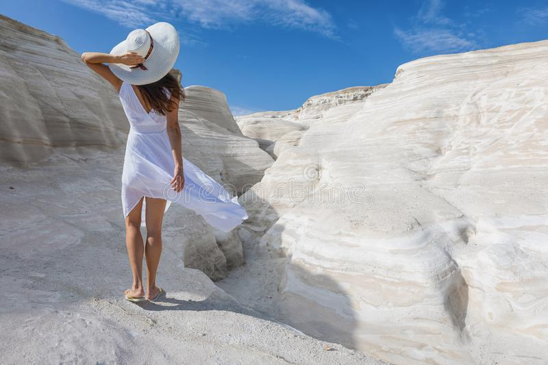 La donna cammina sulle formazioni rocciose vulcaniche di Sarakiniko, isola di Milo, Grecia immagine stock