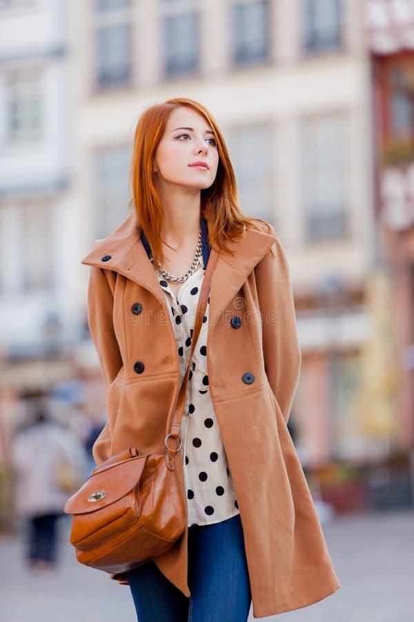 La donna in cappotto ha un resto sulle vie di Francoforte fotografie stock libere da diritti