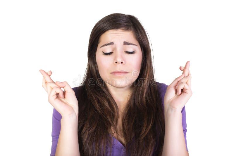 La donna castana prega e spera con gli occhi chiusi fotografia stock libera da diritti