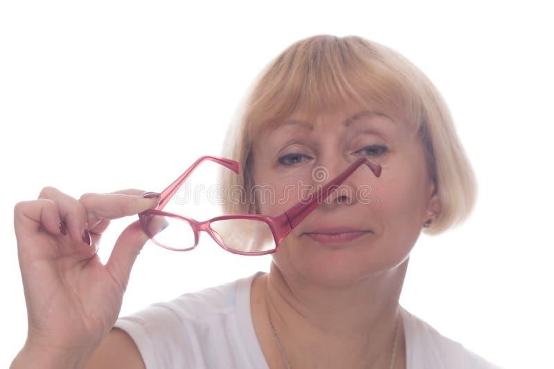 La donna caucasica decolla i suoi vetri isolati immagini stock libere da diritti