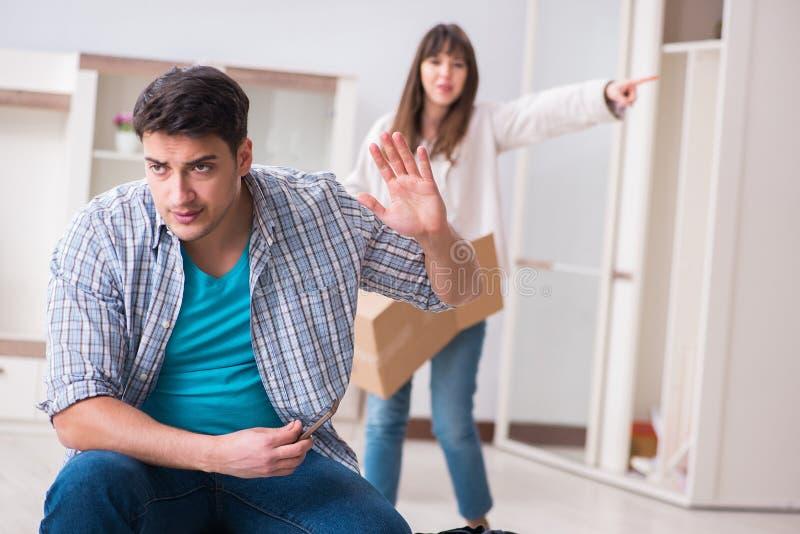 La donna che espelle uomo dalla casa durante il conflitto della famiglia immagine stock