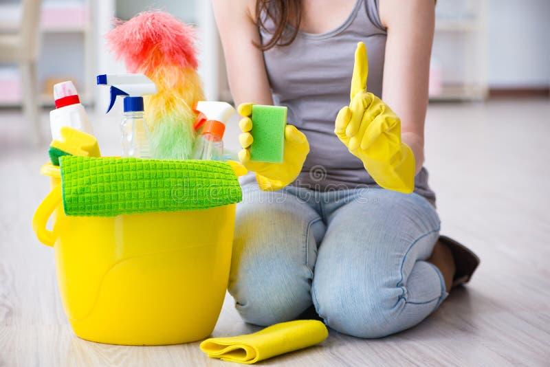 La donna che fa pulizia a casa fotografia stock